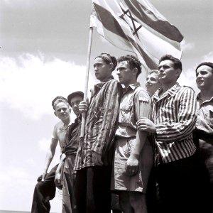 19450715_Buchenwald_survivors_arrive_in_Haifa_t