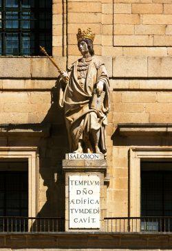 Statue du roi Salomon, par Juan Bautista Monegro, façade de la basilique du monastère San Lorenzo de El Escorial, Espagne.
