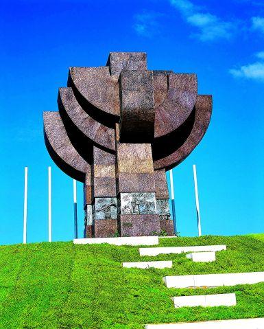 Tkuma-monument_t
