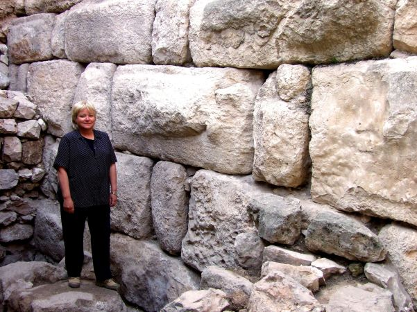 Dr. Eilat Mazar standing near the most impressive wall of the small tower of the Solomonic Wall at Ophel, Jerusalem. Photo: Nogo Cohen-Aloro, Courtesy of Eilat Mazar.