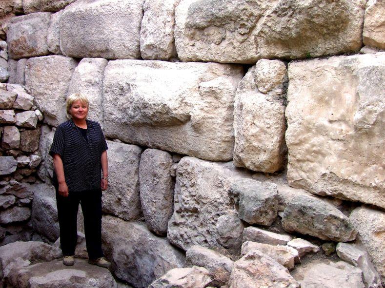 Dr. Eilat Mazar in front of Solomonic Walls_t