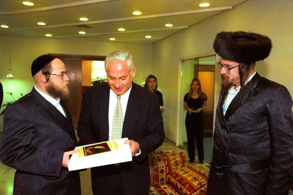 Prime Minister Benjamin Netanyahu receives matzah for Passover from the rabbi of the Visznitz.