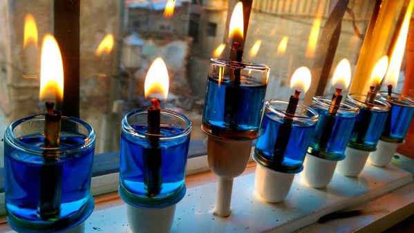 hanukkiya_lit_with_blue_lamp_oil_tt