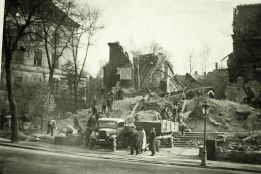15_Workmen on the rubble of the destroyed synagogue; Chemnitz